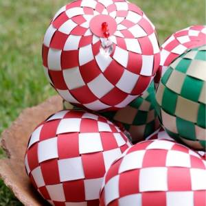 Balls of braided paper to decorate parties or Christmas Tree