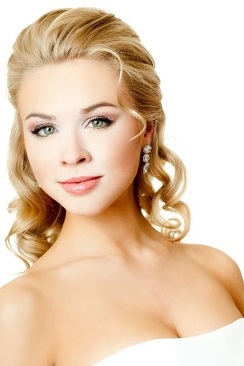medium curly hairstyle for brides
